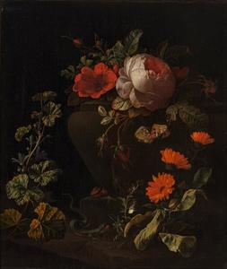 Bloemen bij een balustrade