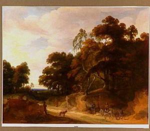 Reizigers op  een zanderige weg langs een bos