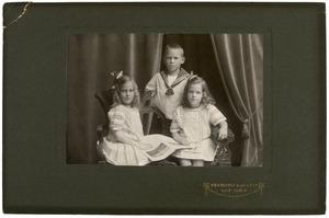Portret van Johan Lakke (?-?), Hetty Lakke (?-?) en Cornelia Lakke (?-?)