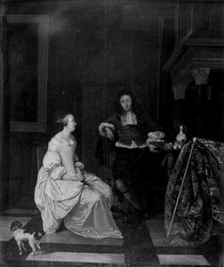 Jonge man en jonge vrouw in een voornaam interieur