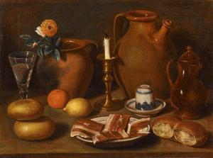 Stilleven met gedoofde kaars, aardewerk, spek en brood