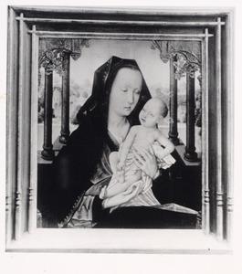 Maria met kind zittend onder een arcade voor een landschap