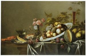 Stilleven met vruchten, een vaas bloemen, twee glazen en een kreeft