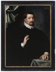 Portret van een man met zijn hand op een boek