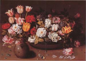 Stilleven met een steengoed vaasje en een schaal van chinees lakwerk met bloemen
