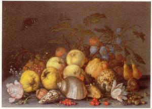 Vruchten, schelpen, een Provenceroos en een tulp op een stenen tafel