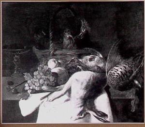 Stilleven van kippen in een mand, wild, vruchten en een tazza op een tafel