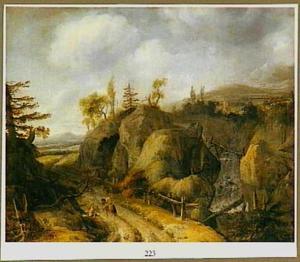 Verlaten berglandschap met een waterval rechts; op de weg een reiziger en een bedelaar