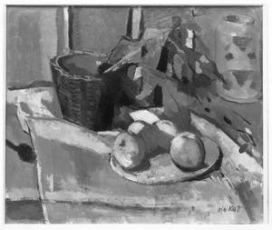 Stilleven met rieten mandje met bladeren en een schotel met vier appels