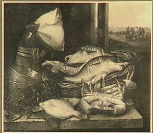 Visstilleven met kreeft, krab, schol en kabeljauw op een tafel met mand, ton en weegschaal; door het venster uitzicht op visverkopers op het strand.