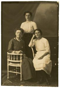 Portret van drie onbekende vrouwen