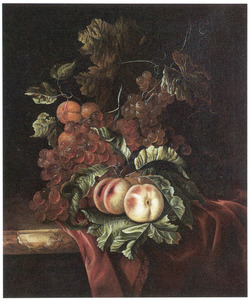 Stilleven van perziken, abrikozen, druiven en bladgroen op een deels met een kleed bedekte marmeren blad