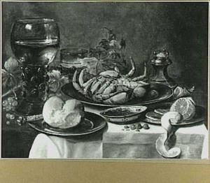 Stilleven met krab, geschilde citroen, brood, wijnbokaal