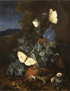 Stilleven met distel, paddestoel, slak, hagedis, vlinders en een hommel in een berglandschap