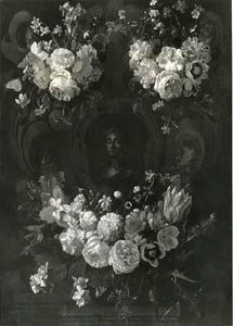 Cartouche met bloemfestoenen rondom een voorstelling van een mannenbuste, een romeinse keizer?