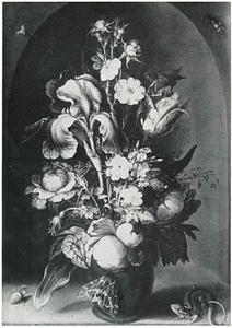 Bloemen in een steengoed vaas, met insecten en een hagedis, in een nis