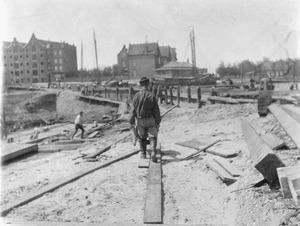Gezicht op een bouwput aan de Van Diemenstraat te Amsterdam