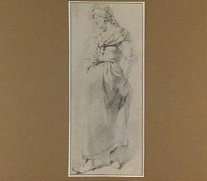 Staande vrouw met glas in haar hand