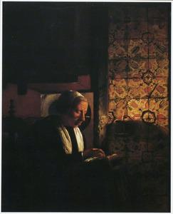 Handwerkende oude vrouw bij kaarslicht