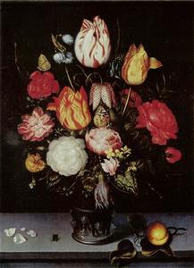 Bloemen in een glazen beker met braamnoppen, abrikoos, vlieg en bloemblaadjes
