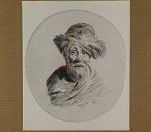 Kop van een oude man met bontmuts