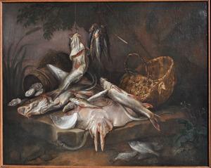 Stilleven met vissen en vismand op een platte steen onder een boom