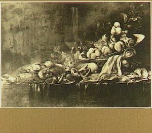 Stilleven met vruchten, kreeft en glaswerk op een tafel