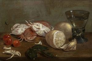Stilleven van krabben, citroenen, kersen en een berkemeier op een houten blad