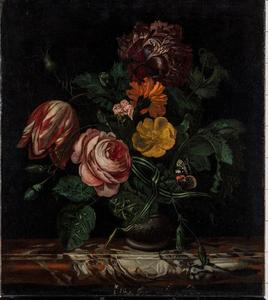 Vaas met bloemen op een marmeren blad