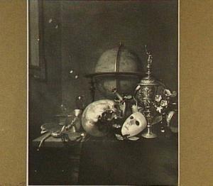 Vanitasstilleven met globe, schedel, masker, pronkbeker, horloge en zeepbellen