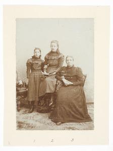 Portret van Cornelia Maria Donkersloot (1843-1910), Theresia Maria Ida de Raadt (1885-1904) en Geertruida de Raadt (1887-1909)