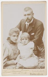 Portret van Hendrik Theodorus Wilkens (1863-...), Catharina Albertina Havelaar (1868-...) en Johannes Theodorus Wilkens (1893-...)