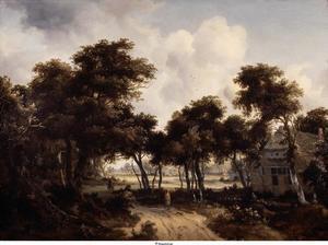 Boslandschap met wandelaar op een zandweg; rechts een boerderij