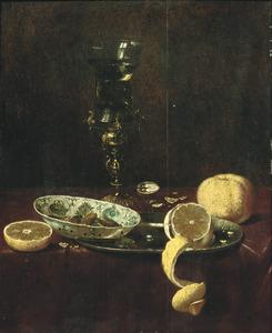 Stilleven met een porseleinen schaal, bekerschroef en citroenen