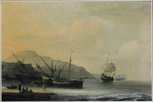 Kustlandschap met een schip dat wordt gekalefaterd met daarnaast andere schepen voor anker; op de achtergrond vuurt een koopvaardijschip een saluutschot af
