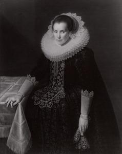 Portret van een vrouw, mogelijk Beatrix Gybels (1595-1655) of Henrica Ploos van Amstel (....-1663)