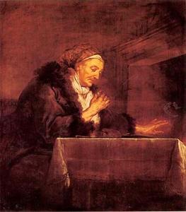 Oude vrouw aan de maaltijd bij het vuur