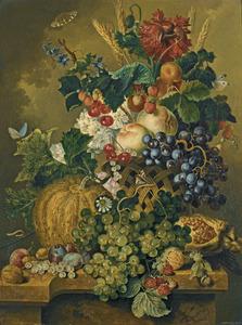 Stilleven van bloemen en vruchten in en rondom een mand, op een marmeren blad