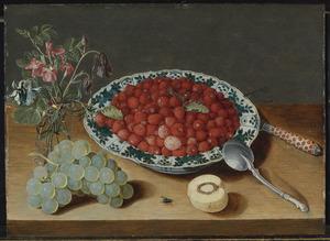 Stilleven met aardbeien in een Wan-Li porseleinen kom, een tros druiven, een glazen vaas met akeleien en egelantier, een zilveren lepel, een ingelegd mes en een halve perzik met een vlieg op een houten tafelblad