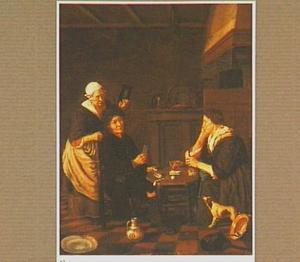 Interieur met twee kaartspelers en een oude vrouw die een spiegeltje ophoudt