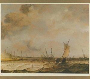 Zeilschepen voor de kust, links een duin en strand