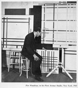 Piet Mondriaan in zijn atelier