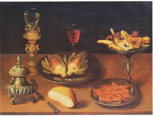 Stilleven van zoutvat, tinnen borden met garnalen en artisjokken, roemer op bekerschroef, tazza met koekjes, mes en brood