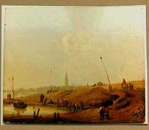 Rivieroever met reizigers en wandelaars; in de verte een stad