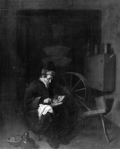 Interieur met een man die haring eet, zittend naast een spinnewiel