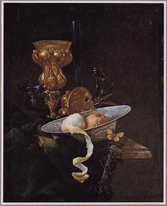 Stilleven met een akeleibeker, glaswerk, vruchten in een porseleinen schaal en vlinders