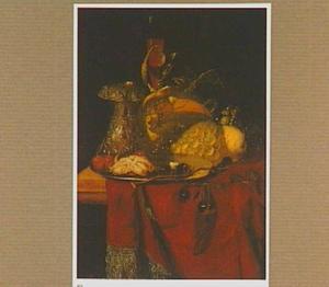 Stilleven met zoutvat, bord, vruchten en twee glazen op een tafel bedekt met een rood kleed