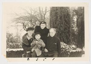 Portret van Arend Hulshoff Pol (1876-?), Paula Schmasen (1879-?), Elisabeth Hulshoff Pol (1907-?) en Paul Ruttink (1940-?)