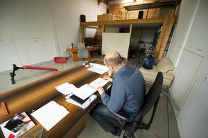 Aernout Mik werkend in zijn atelier