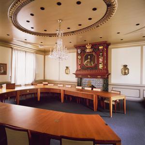 Raadzaal met laat zeventiende-eeuwse schoorsteenboezem met schilderstuk